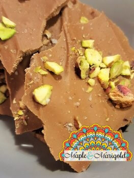 Homemade hostess gift | Pistachio chocolate bark with Himalayan Pink Salt | Lindt Chocolate giveaway | Maple and Marigold